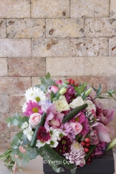 Siyah vazoda renkli güller ve kır çiçekleriyle hazırlanan tasarım, sevdiklerinizin yüzünü gülümsetecek.