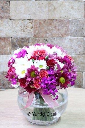 Fanusta Renkli Kır Çiçekleri
