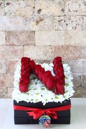 Siyah kutu içerisine sevdiğinizin baş harfini canlı kırmızı güller ile yazdırabilir, sevdiğinize onun isminin baş harfi ile güzel bir sürpriz yapabilirsiniz. Not: Siparişinizi tamamladıktan sonra istediğiniz harfi bize bildiriniz.
