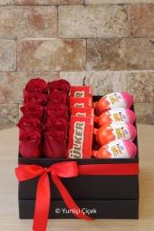 Kutu içerisinde 10 adet kırmızı gül, sürpriz yumurta ve nutella ile sürprizlerin en özelini ona göndermeye ne dersiniz.