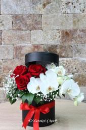 Kalbinizden Geçenlere Tercüman Bir Hediye için kutu içerisinde orkide ve gül arnajmanını seçebilirsiniz. Yaklaşık Ürün Boyutu : 25 cm