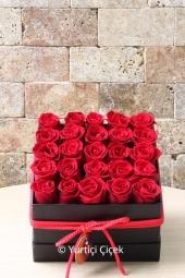 Kare kutu içerisinde 25 adet kırmızı gül ile hazırlanan tasarım sevdiklerinize unutulmaz bir sürpriz olacaktır.