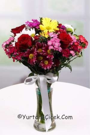 Vazoda Kır Çiçeği ve Gül