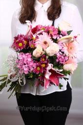 Ona özel bir tasarım sunmak istiyorsanız pembe kır çiçeklerinden hazırlanan buketi uluslararası çiçek gönderimi garantisi ile sunabilirsiniz.