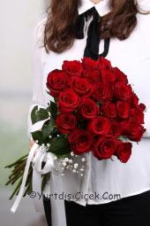 Aşkınızı canlı bir çiçek ile anlatmak istiyorsanız 24 kırmızı gülden hazırlanan buket tam size göre bir tasarım olacak.